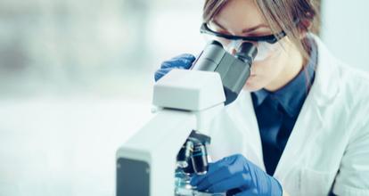顕微鏡をのぞく女性